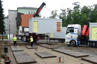 Trwa montaż kontenerów dla ratowników medycznych i kierowców